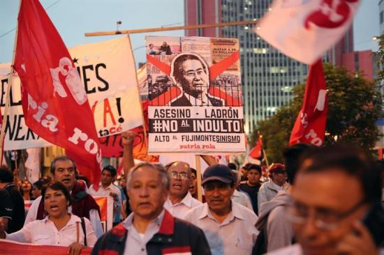 Más de 230 escritores, entre ellos Vargas Llosa, rechazan indulto a Fujimori