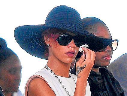 Rihanna  llora a su primo que fue asesinado