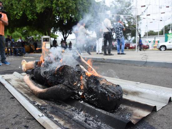 Hasta $ 1.875 por quemar monigotes en asfalto
