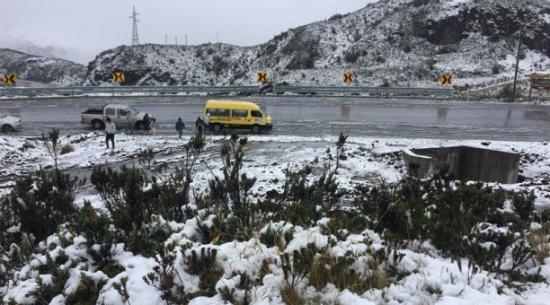 La vía Pifo-Papallacta amaneció con capa de hielo este 1 de enero