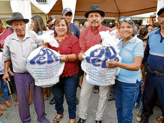 La familia Alcívar Kuffó entregó canastas y juguetes a sus clientes
