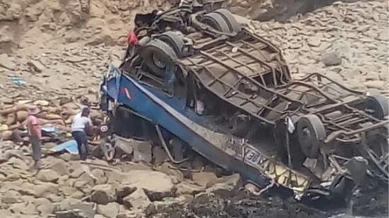 Al menos 6 muertos tras caer autobús de pasajeros a acantilado en Lima