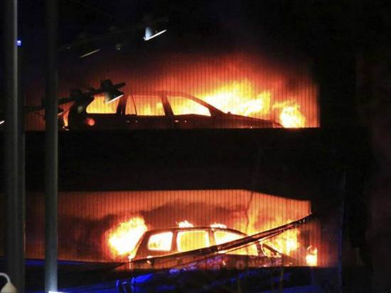 Incendio destruyó  cientos de vehículos y hasta derritió el suelo