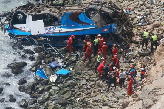 Suben a 36 los muertos por caída de autobús a acantilado en Perú