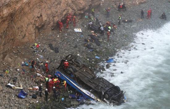 Sobreviviente de tragedia en Perú saltó segundos antes de caída de autobús