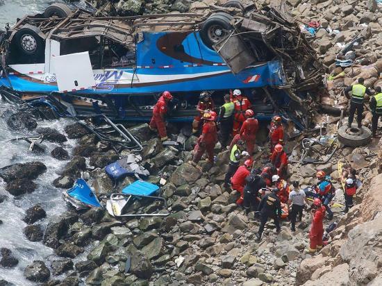 36 Personas mueren al caer un bus por un acantilado