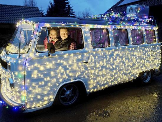 Decoran su furgoneta con decenas de luces navideñas
