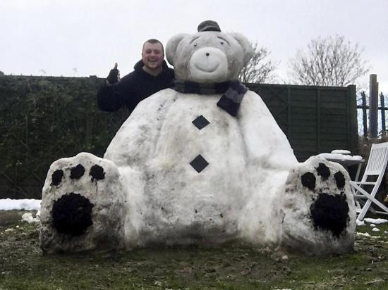 En 5 horas creó un oso  de nieve más alto que él