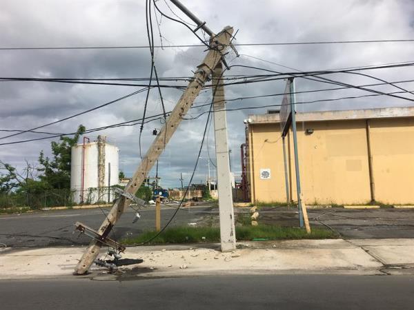 Familias en el norte de Puerto Rico claman servicio eléctrico tras paso huracanes
