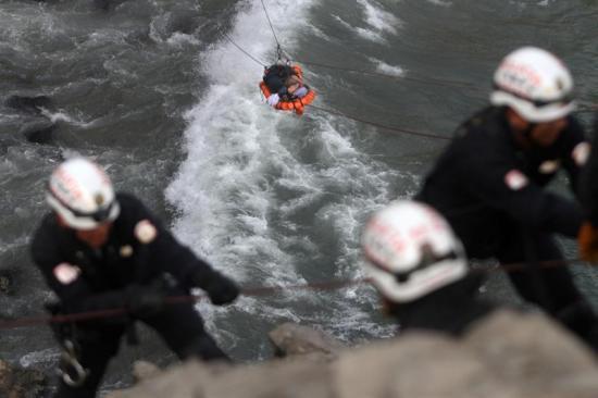 Elevan a 51 la cifra de muertos por accidente de ómnibus en Perú