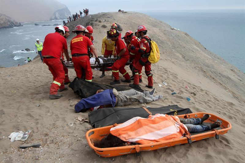 Suben a 48 los fallecidos tras caída de un bus a un acantilado en Perú