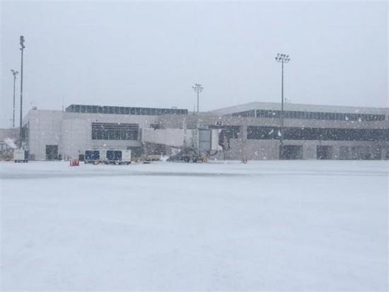 Cierran dos aeropuertos de Nueva York por tormenta de nieve