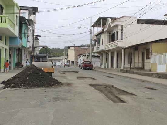 Calles del centro de Jipijapa son bacheadas con 80 mil dólares