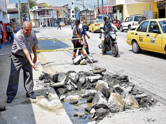 Daño de tubería causa desperdicio de agua  en la calle Córdova