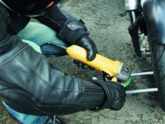 Le roban la moto fuera de su casa