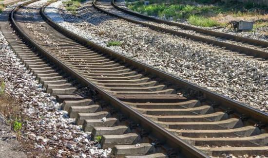 Niña muere atropellada por un tren mientras miraba su celular