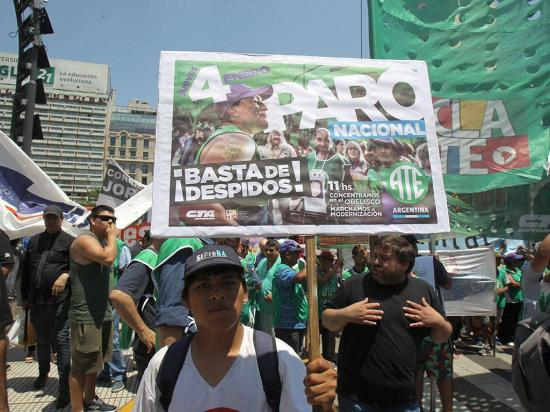 Empleados públicos marchan contra el cese de los contratos