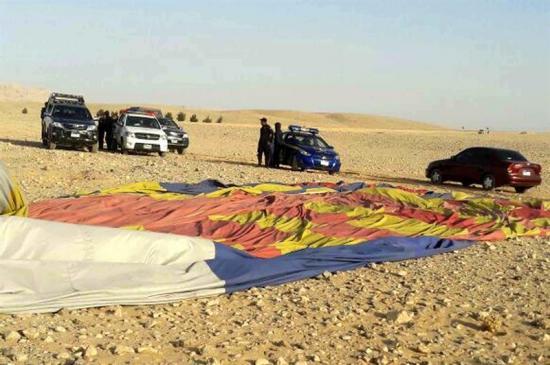 Un muerto y 12 heridos al estrellarse globo aerostático turístico en Egipto