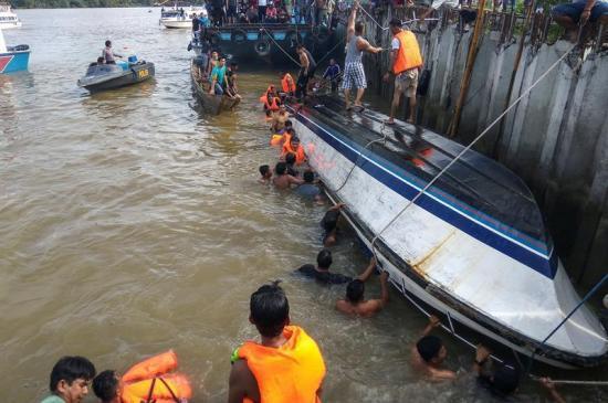 12 muertos, un desaparecido y 42 supervivientes tras naufragio en Sumatra