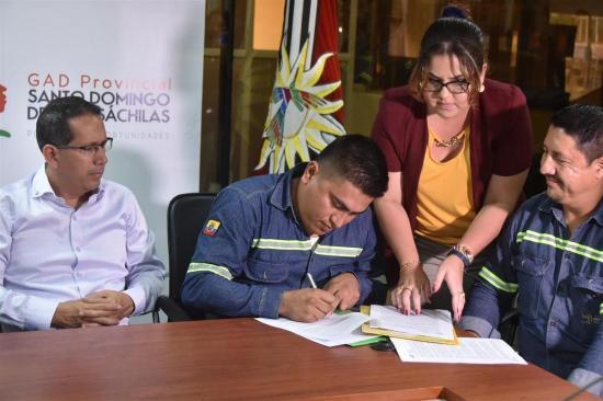 Trabajadores firman contrato colectivo