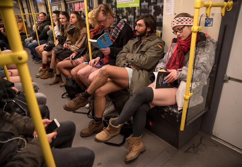Cientos de berlineses viajaron en metro en ropa interior por el 'Día Mundial Sin Pantalones'