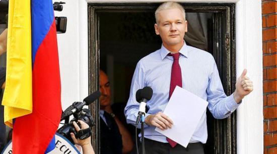 Julian Assange tiene cédula ecuatoriana y envía mensaje en Twitter