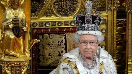 Isabel II habla de las molestias que le causa llevar la pesada corona