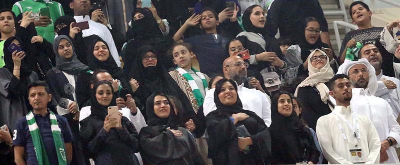 Mujeres saudíes entran por primera vez a estadios para ver partidos de fútbol