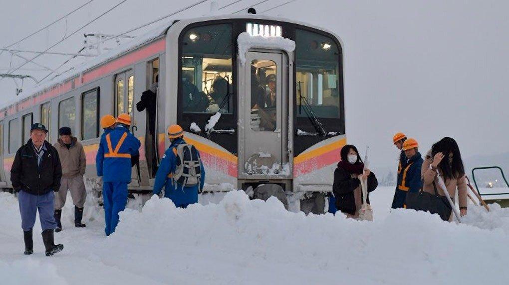 Cientos de personas atrapadas más de 15 horas en un tren de Japón por nieve