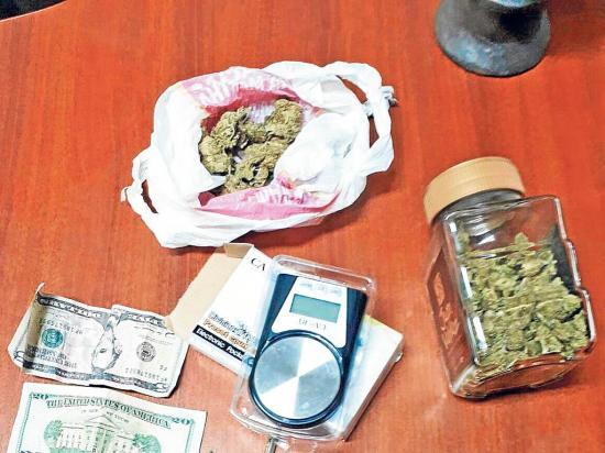 Capturan a dos hombres con más de una libra de droga