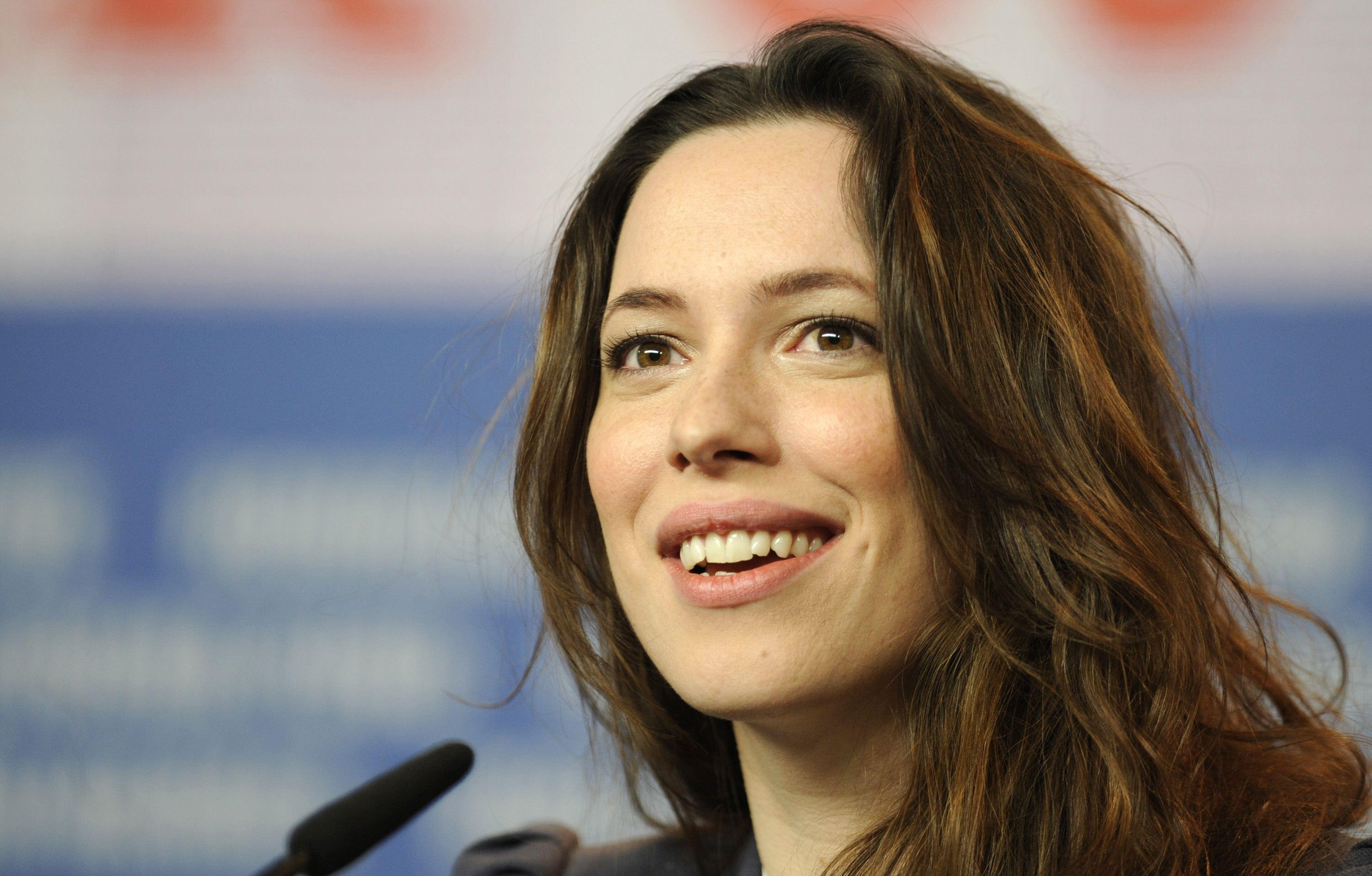 Rebecca Hall se arrepiente de rodar con Woody Allen y donará su salario al fondo 'Time is Up'