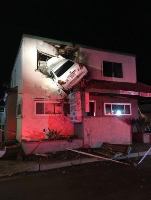 Carro sale volando y se estrella contra segundo piso de edificio en EE.UU.