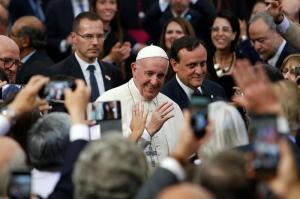 El papa Francisco casa a una pareja durante el vuelo de Santiago a Iquique