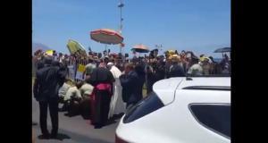 El papa Francisco se bajó del papamóvil para ayudar a carabinera que cayó de su caballo