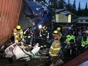 Cinco muertos en choque de tres vehículos