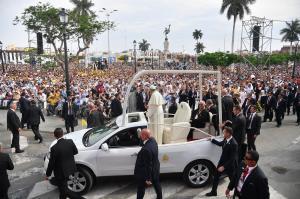 El Papa dice a obispos que denuncien abusos contra la gente