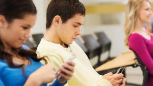 Los jóvenes que pasan más tiempo enganchados al móvil son más infelices