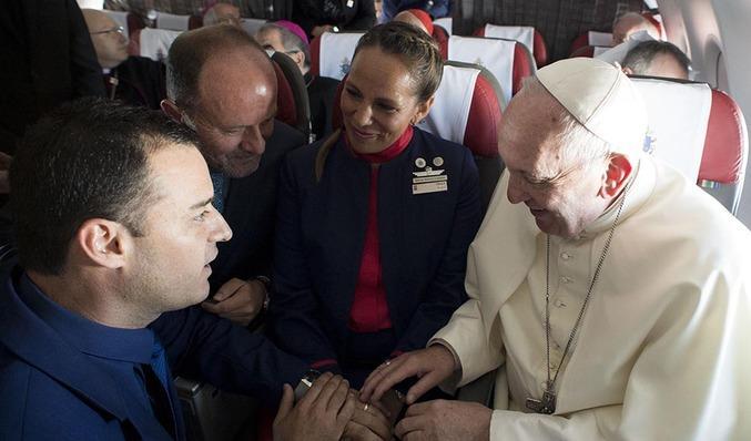 El papa explicó por qué decidió casar a la pareja de asistentes de vuelo
