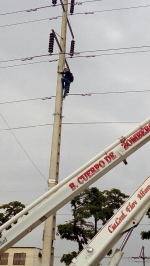 Manabita protesta desde lo alto de un poste de alta tensión en Guayaquil
