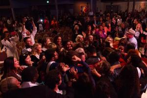 Guinness rechaza récord mundial del abrazo personas de varias nacionalidades