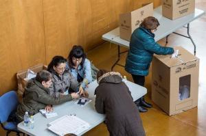 Los ecuatorianos votan en España con normalidad y tiempo adverso