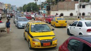 Cinco avenidas colapsadas por el cierre de la vía Puerto-Aeropuerto en Manta