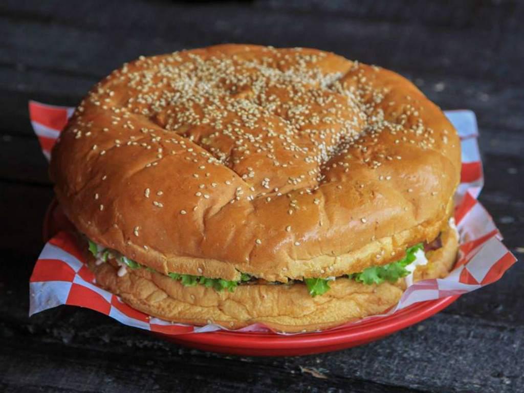 Una hamburguesa con un anillo de compromiso para San Valentín se vende en 3.000 dólares