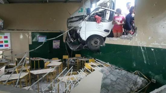 Camión se estrella contra pared de una escuela en Guayaquil