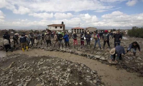 Bomberos rescatan dos cuerpos sepultados en el lodo por riada en Bolivia