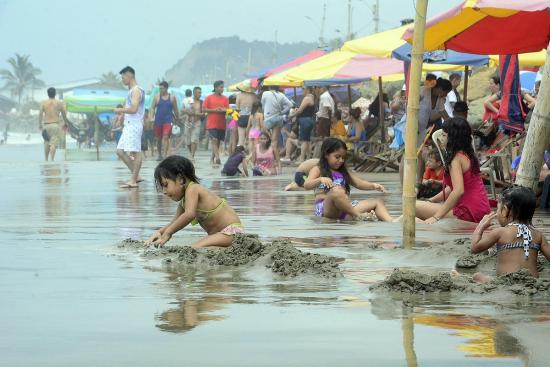 Pese a la llovizna en Manabí se goza del Carnaval