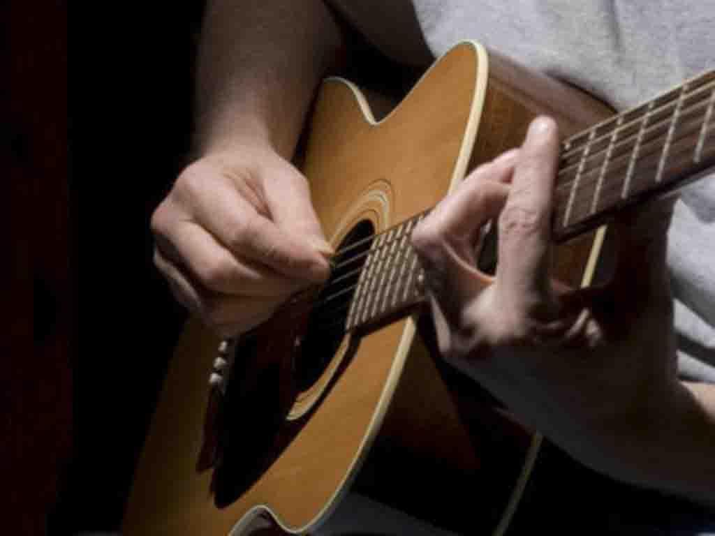 Roban guitarra y joyas