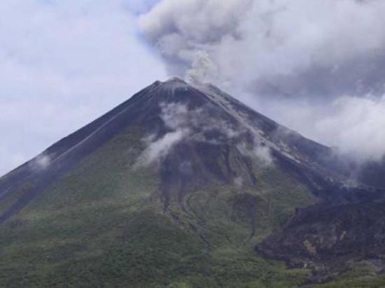 El volcán Reventador emitió cenizas que  alcanzaron 600 metros