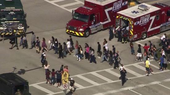 Un muerto y una veintena de heridos en un tiroteo en colegio de Florida