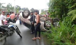 Conductor resulta herido tras volcarse su vehículo en El Carmen